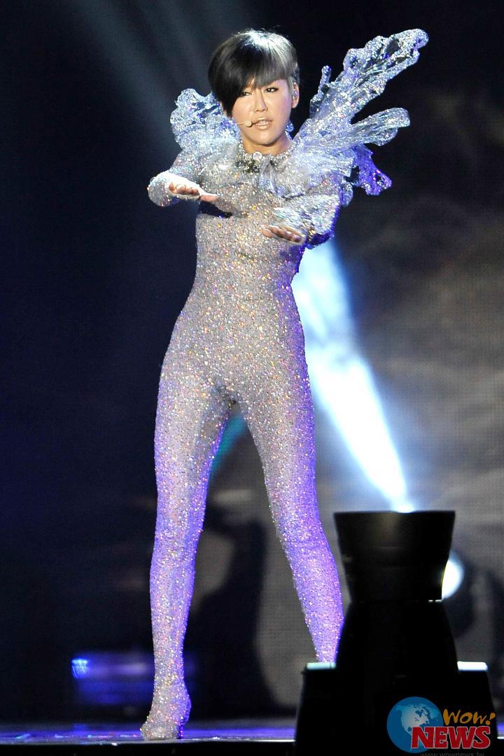 台上裸身更衣,真刀剪发 蓝心湄攻蛋开唱很敢秀