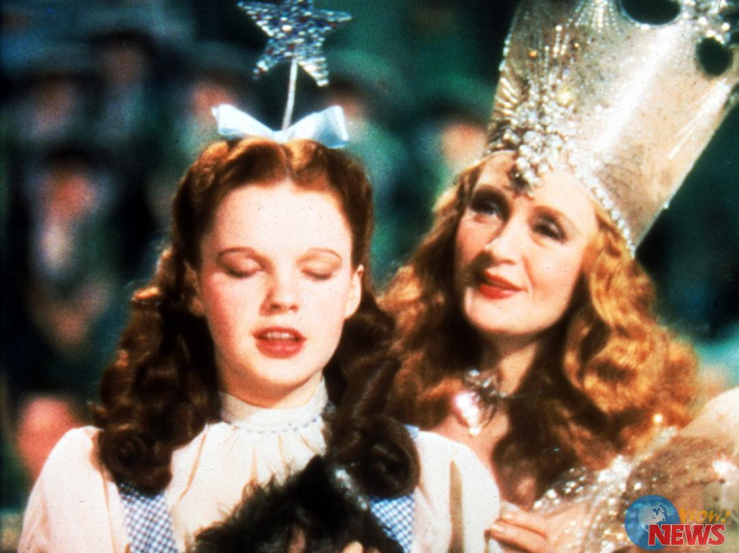 高雄電影節今日公布超強片單,獻上百看不厭的美國經典歌舞鉅作《綠野仙蹤》3D版(The Wizard Of Oz 3D),將於10月19日,在高雄市夢時代喜滿客影城首映。為紀念1938年出品的《綠野仙蹤》邁入75週年,華納兄弟斥資2500萬美元,展開一系列的慶祝活動,該片於9/20甫在美國好萊塢以3D IMAX版本重新躍上大銀幕,並開始在全球300個IMAX戲院上映,華納兄弟3D轉制的負責人奈德.普萊斯(Ned Price)表示,對這部家喻戶曉、國寶級的經典影片的修復工程:「我們做到直至完美為止!」精湛的