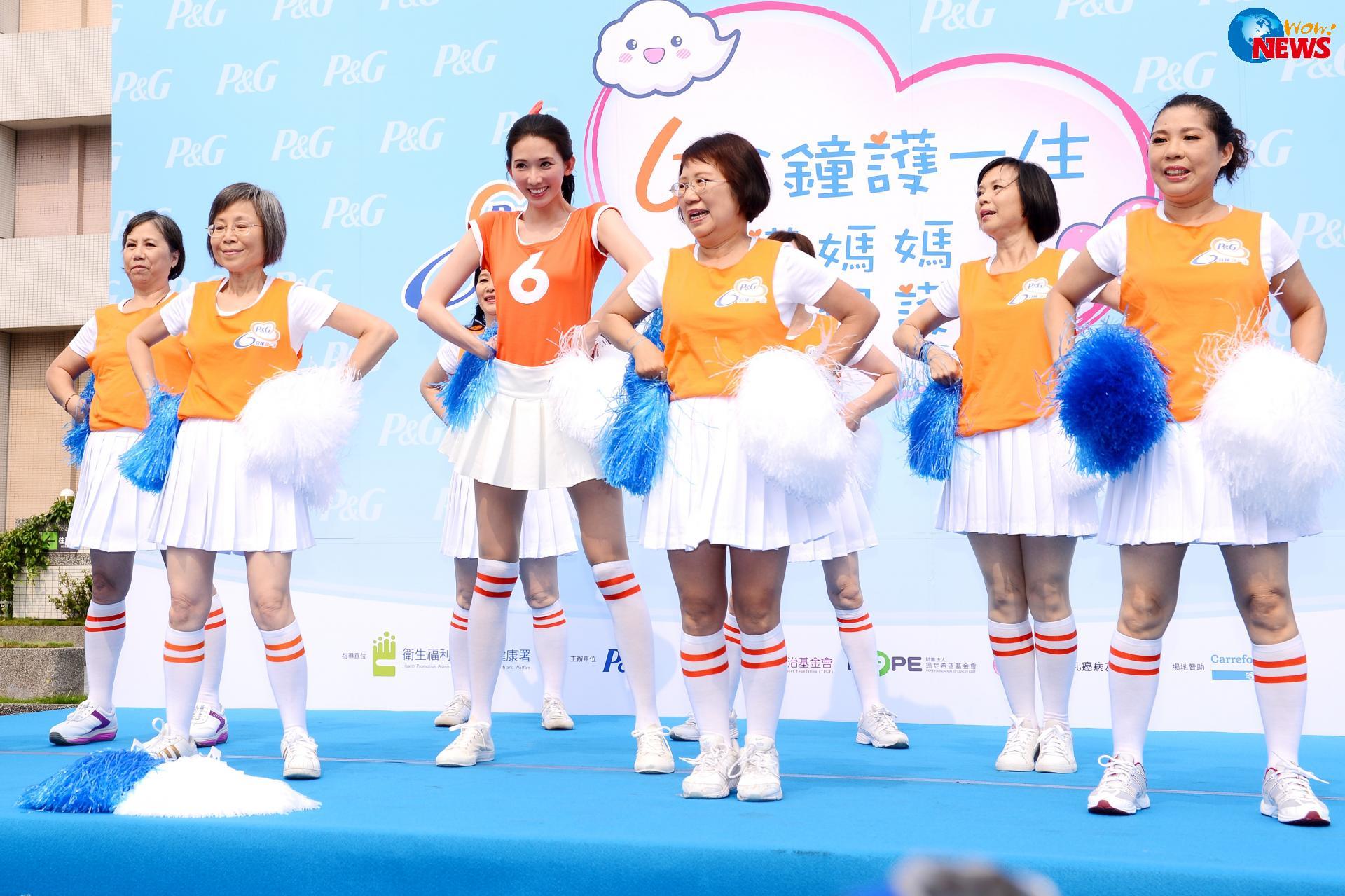 由林志玲所代言的「P&G 6分鐘護一生」公益活動今年邁入第二十年,今年她首度號召癌友們組成「6分鐘女孩」女子團體,不僅一圓自己在學生時代的熱血青春夢想,同時也藉由啦啦隊的訓練帶給癌友媽媽們最正向美麗的能量,鼓勵這些團員好姊妹們要活得健康和精彩!適逢母親節前夕,林志玲率先帶領可愛的小朋友們送康乃馨給媽媽,現場還難得獻出私房按摩術幫病友媽媽按摩!而意外現身的迷你粉絲大膽示愛送親親,讓林志玲直呼好害羞,緊抱小女孩搶當正牌媽,更是讓現場氣氛High到最高點! 志玲姊姊以鄰家女孩的親切形象獲得民眾的喜愛,